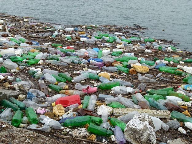 Voda donesie všetok odpad z brehov.