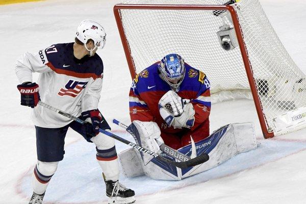 Na snímke z posledného zápasu základnej skupiny kryje ruský brankár Andrej Vasilevskij puk pred americkým útočníkom Andersom Leem.