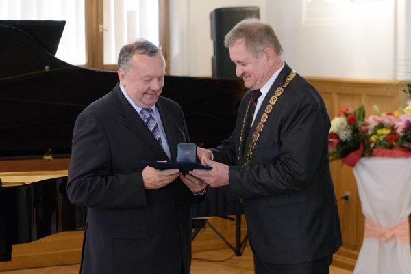 V kategórii Lekár získal titul Zdravotník roka 2016 prednosta Kardiologickej kliniky Fakultnej nemocnice Nitra Pavol Poliačik.