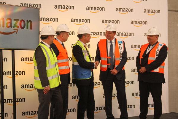 Viceprezident spoločnosti Roy Perticucci podáva ruku ministrovi hospodárstva Petrovi Žigovi.