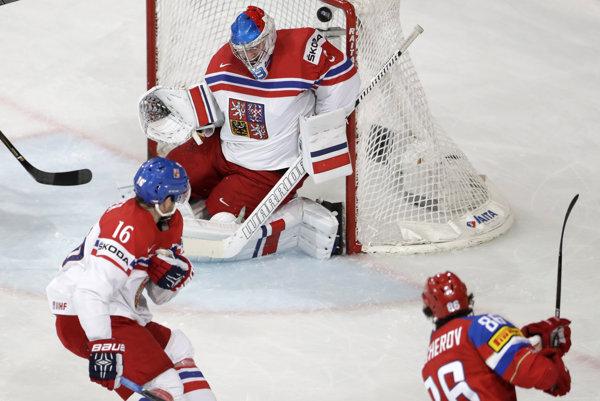 Ruský hokejista Nikita Kučerov prekonáva Pavla Francouza.