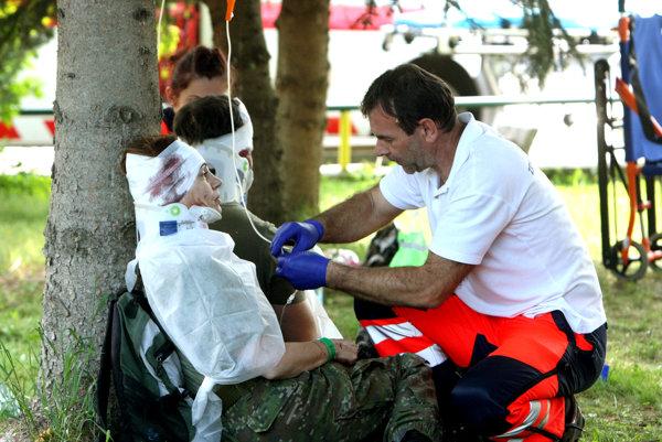 Zdravotníci ošetrujú zranených vojakov.