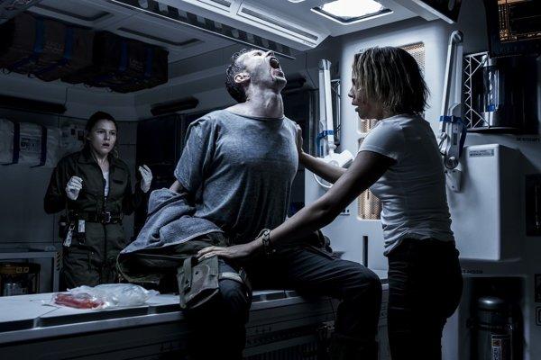 Posádka lode Covenant sa správa ako banda hlupákov. Nie je to však scenáristická neobratnosť.
