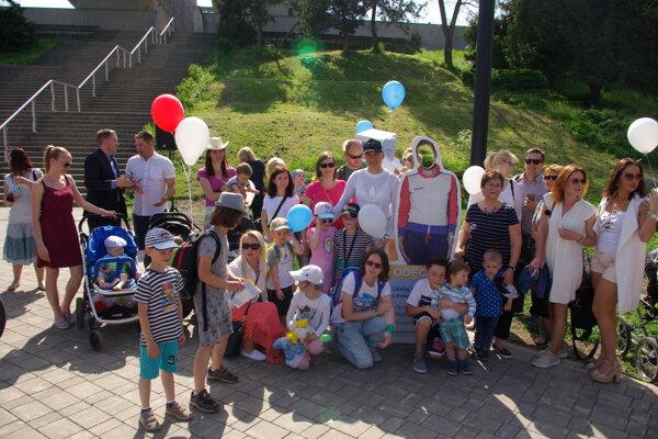 Spoločná fotografia účastníkov podujatia s jeho hlavnou hviezdou - Anastasiou Kuzminovou.