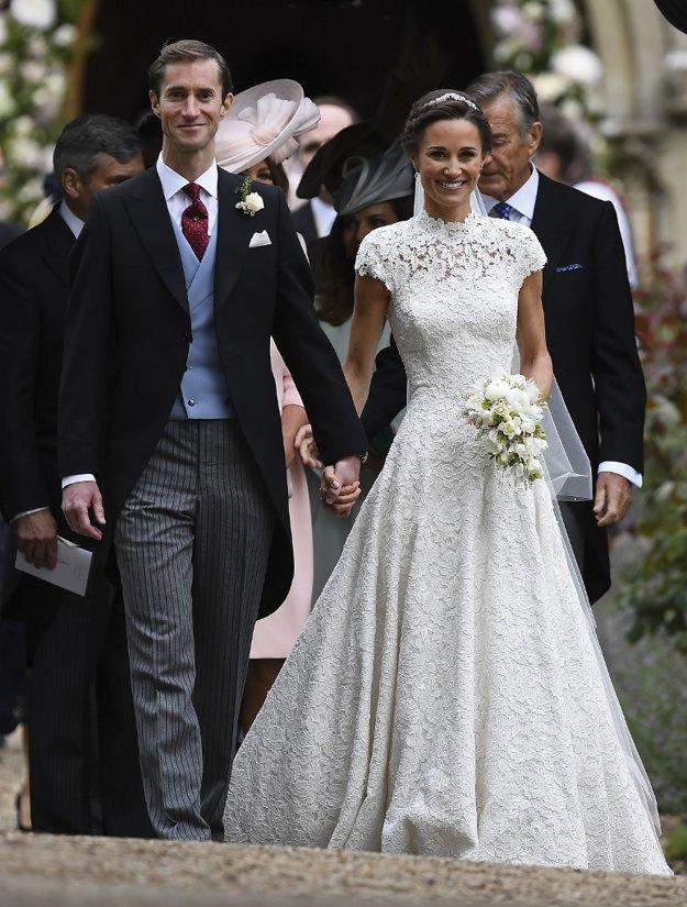 Ženích a nevesta. Pippa v šatách od Gilesa Deacona žiarila.