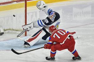 Vladimir Tkačov strieľa gól do siete Joonasa Korpisala.