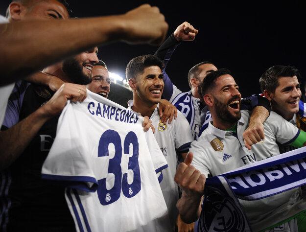 Futbalisti Realu Madrid oslavujú zisk majstrovského titulu.