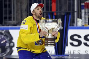 Švédsky kapitán Joel Lundqvist preberá majstrovskú trofej.