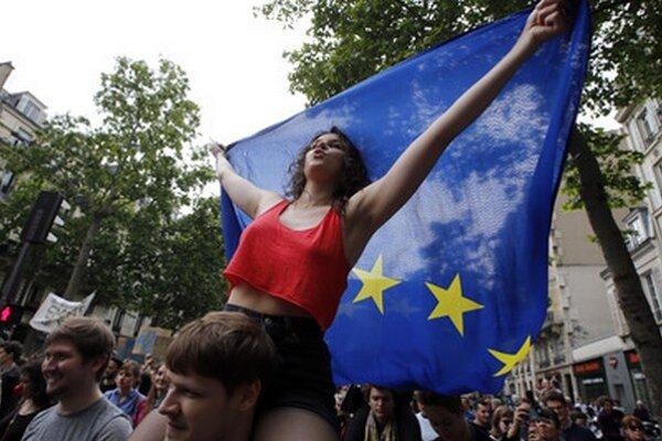 Vo Francúzsku vyhrala krajná pravica, v Paríži proti nej vo štvrtok protestovali.