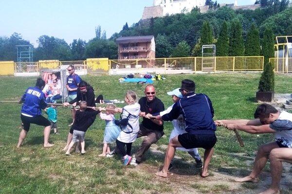 V sobotu sa na pláži zabával aj tréner Marek Kardoš (na snímke vstrede vokuliaroch). Zapojil sa napríklad do súťaže vpreťahovaní lanom.