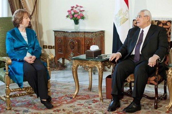 Šéfka zahraničnej politiky EÚ Catherine Ashtonová a dočasný egyptský prezident Adlí Mansúr.