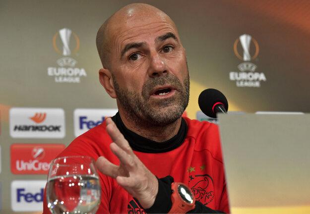 Tréner Ajaxu Peter Bosz dal svojim tímom pripomenúť na slávnu éru Johana Cruijfa.
