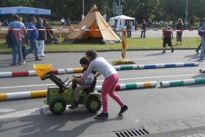 Autá na cestách vystriedali deti.