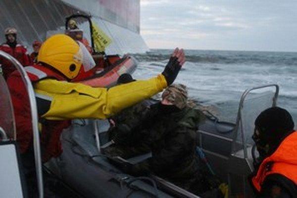 Rusi zadržiavali loď aj po prepustení členov posádky.