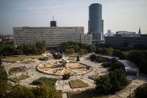 18. september 2012.  Poľský konceptuálny umelec Pawel Althamer pretvoril fontánu na Námestí Slobody v Bratislave na obrovské pieskovisko.