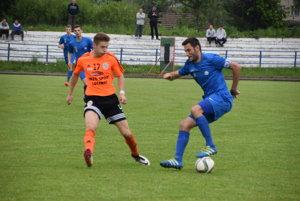 Kapitán FK Čadca Tomáš Tlelka (vpravo) podal v sobotu výborný výkon.