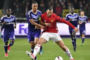 Youri Tielemans v súboji so Zlatanom Ibrahimovičom.