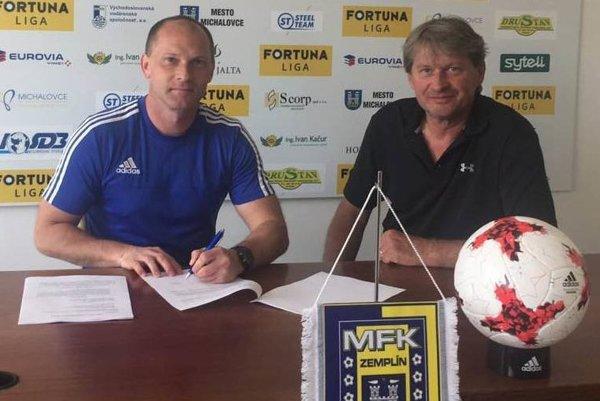 Tréner Anton Šoltis (vľavo) a predseda predstavenstva Štefan Laurinčík pri podpise zmluvy.