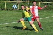 Futbalisti Pribiša (v žltom) na piatkovú dohrávku do Žaškova prišli, no v nedeľu do Zuberca nie.