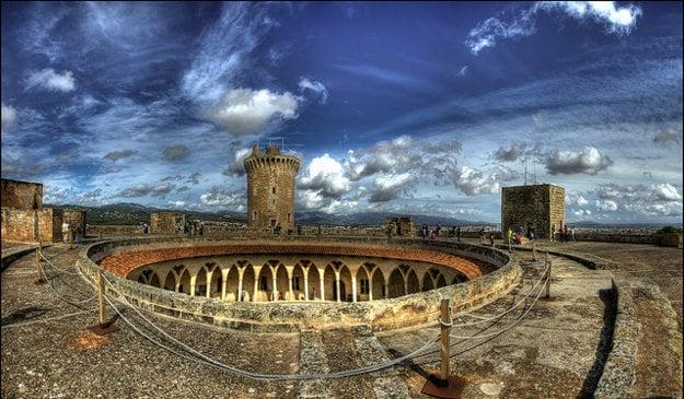 Zámok Castell de Bellver sa pýši nádherným kruhovým centrálnym nádvorím.