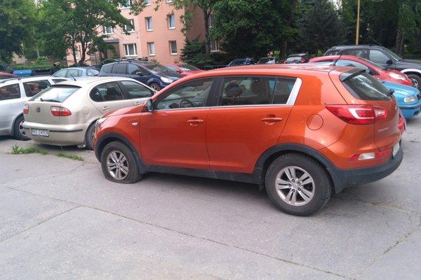 Pomsta za parkovanie bez karty?Vodič odstavuje podľa sťažovateľa toto auto v rezidentskej lokalite bez platenia dlhodobo.
