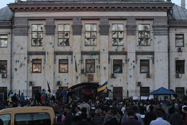 Ukrajinskí demonštranti si cez víkend vybili zlosť z krvavých bojov na východe Ukrajiny na ruskej ambasáde v Kyjeve.