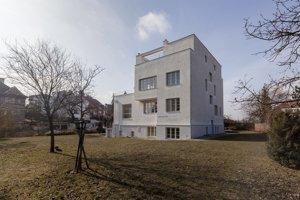 """Trojposchodovú Winternitzovu vilu pre jej farbu prezývajú Béžová princezná. Jej slávnejšou """"sestrou"""" je Müllerova vila od toho istého architekta, taktiež v Prahe."""