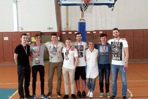 Žilinskí gymnazisti na turnaji v Seredi.