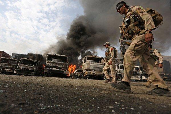Afganski policajti prehľadávajú okolie po samovražednom útoku na hraničnom priechode Torchám.