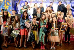 Na snímke tretia zľava Viktória Parčiová z Myjavy, ktorá obsadila tretie miesto. Štvrtá zľava víťazka súťaže 9-ročná Natália Lettrichová z Budiša. Piata zľava Emma Mária Bujňáková z Horných Rakoviec, ktorá si vyspievala druhé miesto.