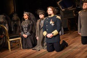 Zľava Aneta Hollá ako Drolla, Barbora Řeřichová ako Lora a Pavol Kubáň ako Morald v slovenskej premiére opery Víly v košickom divadle.