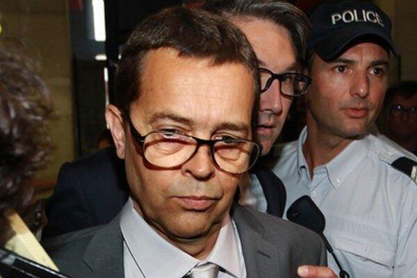 Lekár Nicolas Bonnemaison.