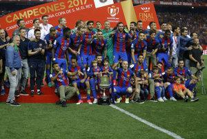 Hráči FC Barcelona sa radujú z výhry v Španielskom pohári.