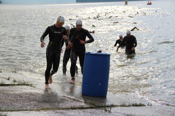 Už ôsmej ráno sa pretekári hodili do Oravskej priehrady, kde ich čakalo kilometrové plávanie.