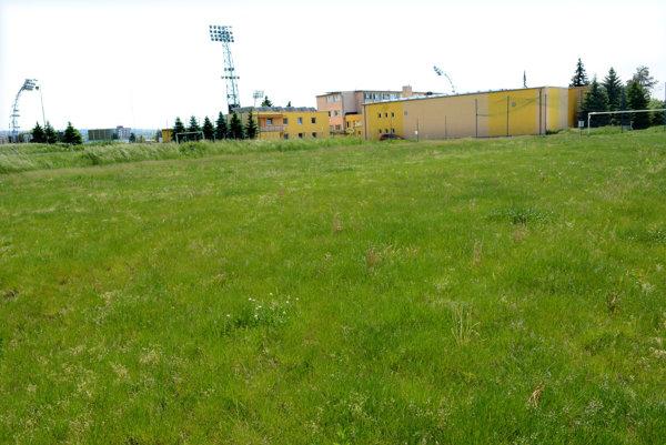 Spustnuté ihriská. Výstavbou bytoviek zmiznú tréningové ihriská v blízkosti štadióna Lokomotívy.
