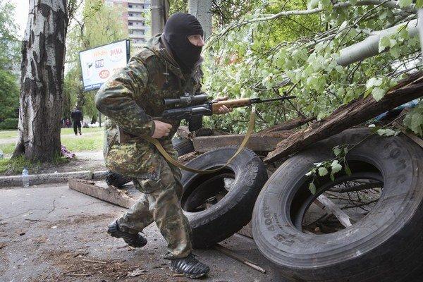 Proruský separatista nevyzerá ako obyčajný obyvateľ východnej Ukrajiny. V ruke má profesionálnu zbraň.