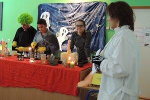 V chemickej učebni sa vyrábali elixíry.