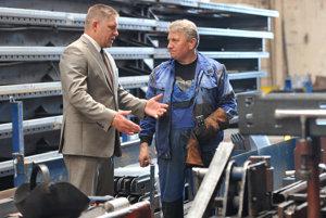 Premiér Robert Fico počas prehliadky výrobného závodu spoločnosti Tomark.