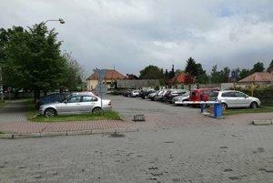 Pred nemocnicou sa za parkovanie platí od roku 2012.