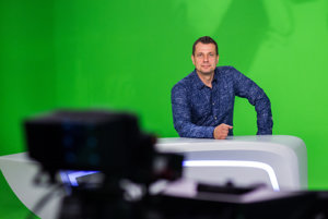 Moderátor Viliam Stankay v štúdiu verejnoprávnej televízie - za dvadsať rokov, čo je v RTVS, sa podľa neho výrazne nezmenilo, len kamery a monitory sú novšie a svetlá menej hrejú.