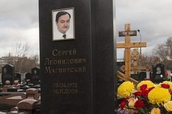 Náhrobný kameň na hrobe ruského právnika Sergeja Magnitského na cintoríne v Moskve.
