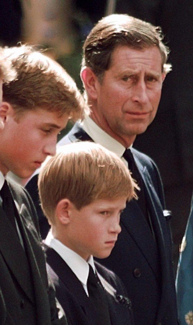 Zľava princovia William a Harry a princ Charles na pohrebe Diany v roku 1997