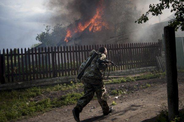 Násilnosti na juhovýchode Ukrajiny pokračujú. Záber zo soboty z mesta Lysyčansk v Luhanskej oblasti.