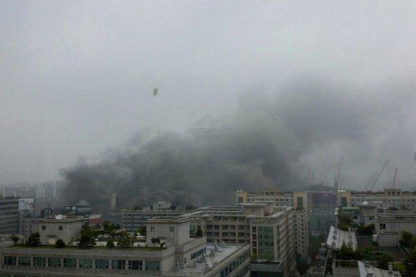 Z autobusovej stanice sa valil dym.