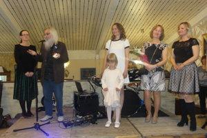 Vystavujúci výtvarníci - zľava Katarína Čáporová, Jozef Jelenák, Lívia Jelenáková, Marta Laššáková a Henrieta Rojková.