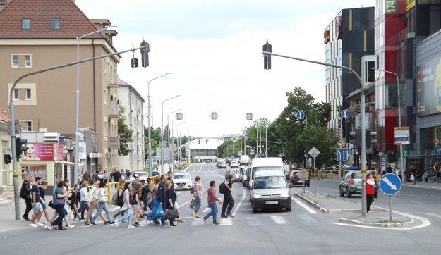 Frekventovaná cesta 1/64 vedie centrom mesta.
