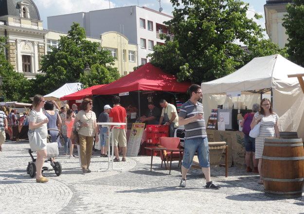 Návštevníci na námestí degustovali víno, pivo, medovinu, sajdre, pochutnávali si na regionálnych špecialitách.