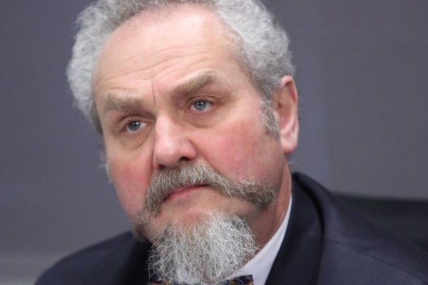 Andrej Zubov (1952) je jedným z najvýznamnejších súčasných ruských historikov, religionistov a politológov. Profesor filozofie donedávna prednášal na Moskovskej štátnej univerzite medzinárodných vzťahov (MGIMO). Je autorom piatich monografií a 150