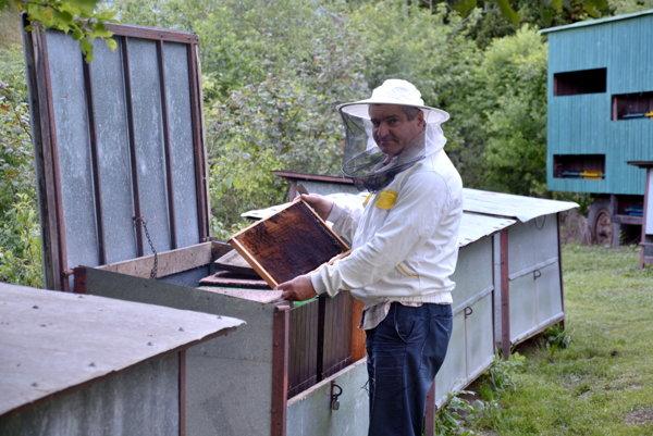 Včelár Marek Nolsko. Za 17 rokov včelárstva nezažil horšiu jar.