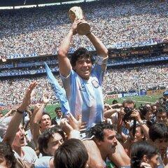 Diego Maradona s trofejou pre majstrov sveta.